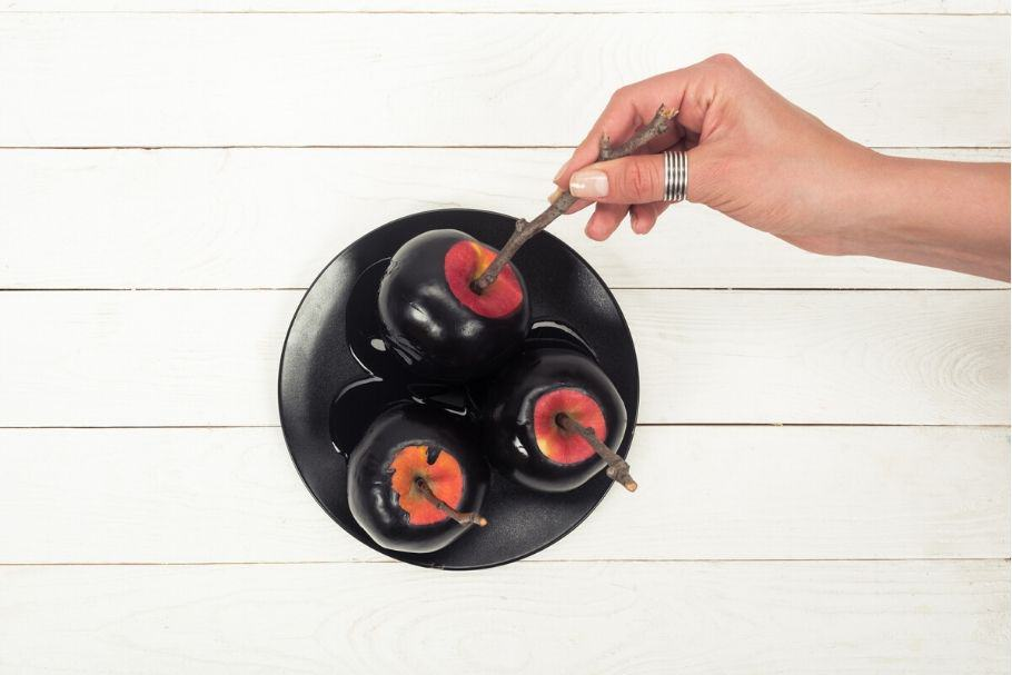 Black party food ideas - black candy apples